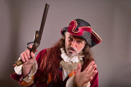 hombre con sombrero: Viejo pirata no me puedo creer, dice su discurso expresi�n facial y el brazo