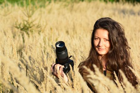 retrato de muchacha joven morena de pelo largo fotgrafo de la naturaleza en la hierba