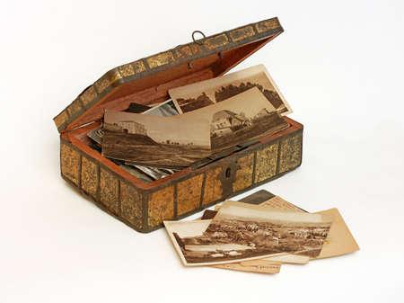 Oude vintage kist met familiefoto's en brieven Stockfoto