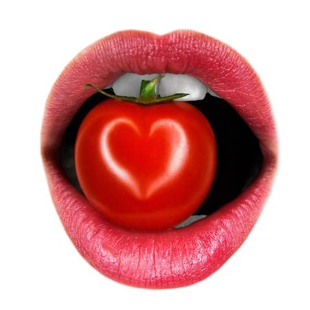 boca sana: los labios con tomate sobre un fondo blanco Foto de archivo