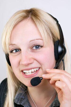 Call Center Mitarbeitering telefoniert mit Kunden Standard-Bild - 5170359