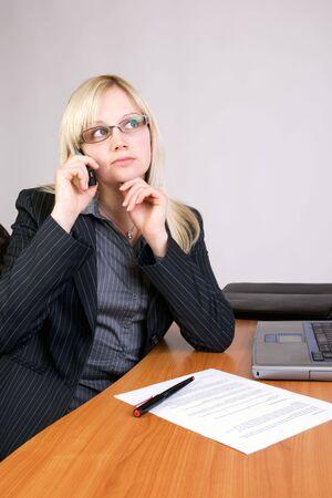 Geschftsfrau nachdenklich am Schreibtisch Standard-Bild - 5170360