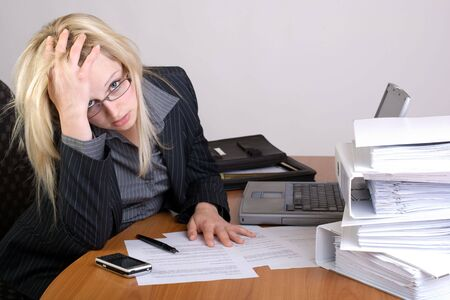 Angestellte mit Berg von Arbeit