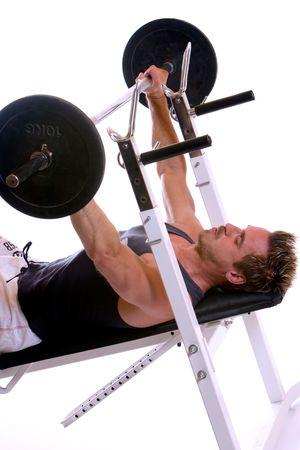 Man liegt auf Bank und machen Gewichtheben