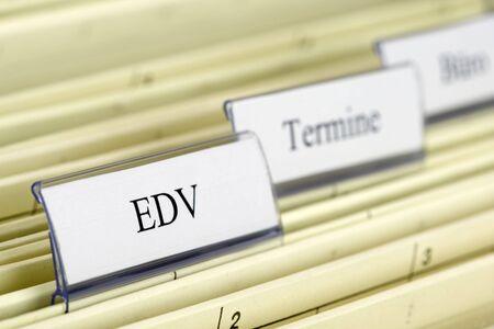 """edv: Close-up cartelle sospese ingegno """"EDV"""" che cosa significa """""""" in tedesco Archivio Fotografico"""