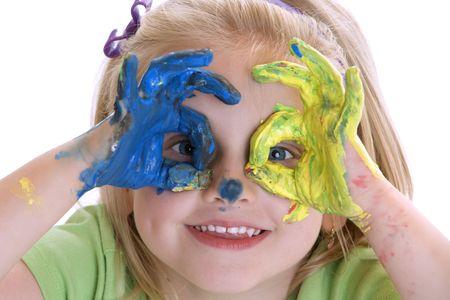 giggle: Muchacha sonriente con las manos despu�s de la sesi�n de pintura de color