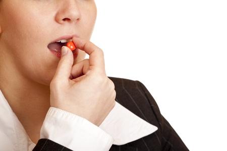 pangs: Donna prende la pillola di dolore contro il mal di testa. Isolato su sfondo bianco.