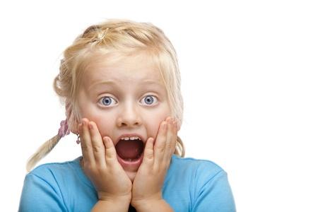 scared child: Ni�a rubia parece sorprendida en c�mara. Aislados sobre fondo blanco.