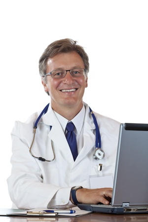 historia clinica: Amigo de a�os m�dico receta de tipos en el port�til y sonrisas. Aisladas sobre fondo blanco.
