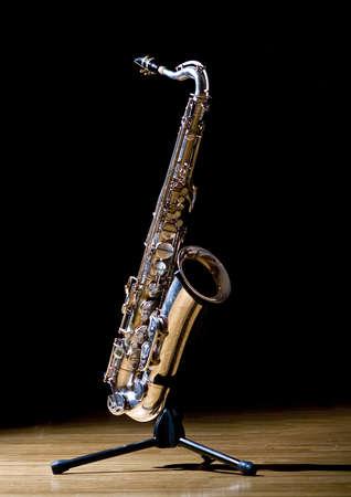 saxof�n: Un saxof�n tenor en un soporte de saxo Foto de archivo