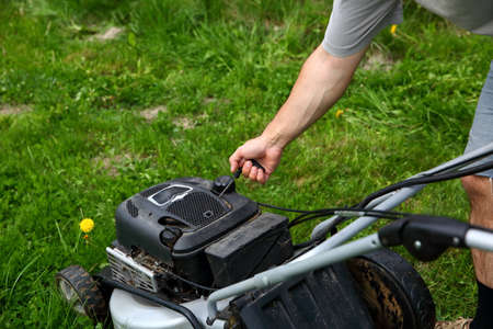 Starting an lawn mower is mow lawns. Banco de Imagens