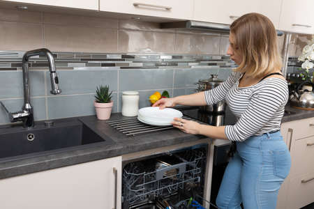 A dishwasher is a device that saves time, water and electricity and all dishes are thoroughly washed. Imagens