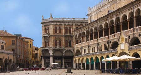 palazzo: Palazzo della Ragione, palace in Padua and the fruit market square, Italy