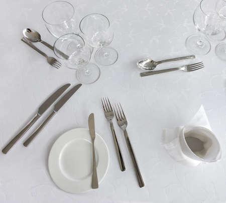 couteau fourchette cuill�re: Couteau, fourchette, cuill�re, assiette et verres sur une table