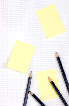 Blue Stift und gelben Aufkleber auf squared Seite. Muster.