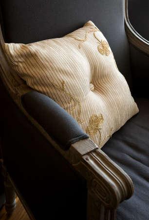 Kunstvolle stripped Kissen auf dem alten Stil Sessel