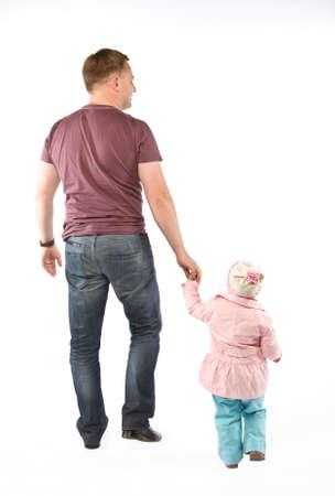ni�os caminando: Paseos padre con la hija. Aislado en blanco