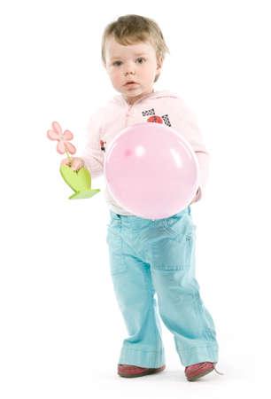 Kind mit rosa Jacke, rosa Ballon-, Holz-Blume. Isolated on white