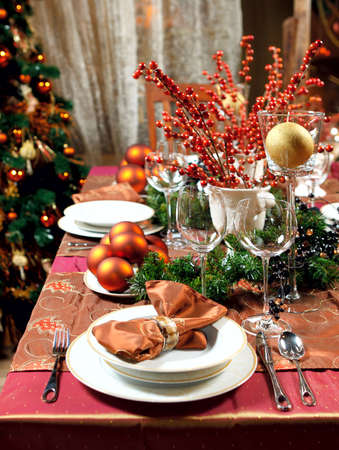 Tabelle Weihnachtsdekoration. Geschirr, Dekorationen und mehr