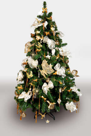 Eingerichteten Weihnachtsbaum isoliert. K�nstliche.