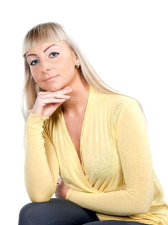 Frau im gelben Bluse sitzen, isoliert auf weiss Lizenzfreie Bilder