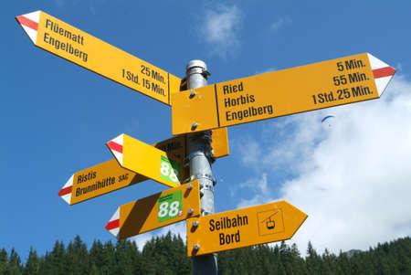 indicatore di percorsi vicino a Engelberg su Alpi svizzere