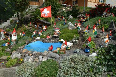 gnomos: gnomos de jardín en Engelgerg en los Alpes suizos Foto de archivo