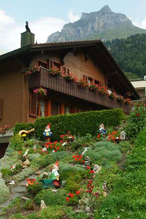gnomos: los gnomos de jard�n en Engelgerg en Alpes suizos