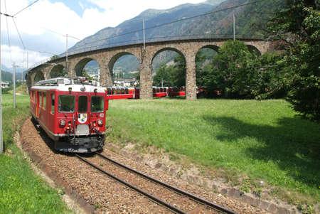 treno espresso: Bernina Express treno patrimonio mondiale dell'UNESCO su Alpi svizzere