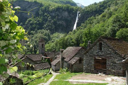 水浴を楽しめるマッジャ谷に Foroglio 村 写真素材