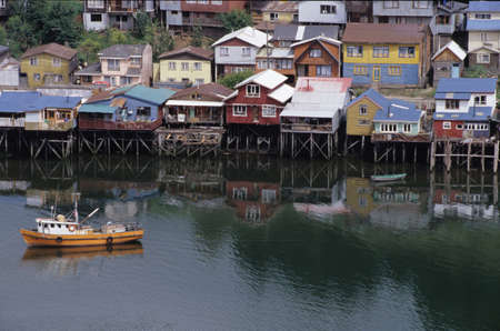 palafitte: case su palafitte di Castro su isola di Chiloe, Cile Editoriali