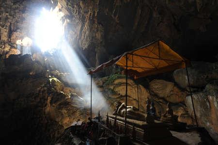 ヴァンヴィエン ラオスの近く Pukham の洞窟