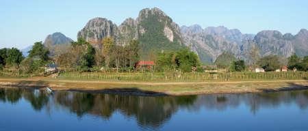 Paesaggio fluviale vicino a Vang Vieng in Laos