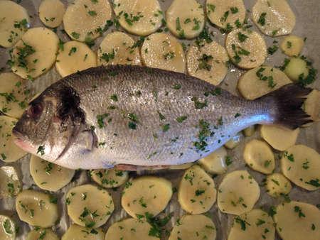 daurade: Poissons Bream avec pommes de terre
