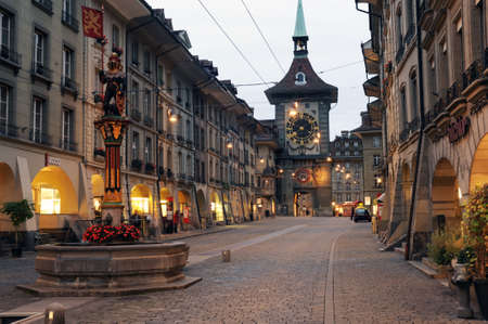 スイスのベルンの時計塔への路地