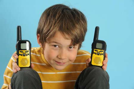 Ragazzo che comunica con un walkie-talkie