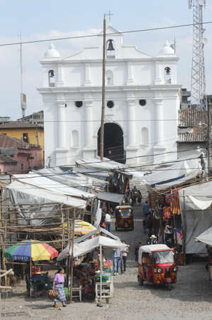 indios: Market near the Church of Santo Tomas at Chichicastenango on Guatemala Editorial