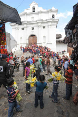 indios: Indian funeral at the church of Santo Tomas at Chichicastenango on Guatemala