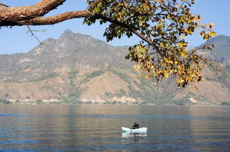 San Pedro la Laguna, Guatemala - 10 februari 2014 Maya-inheemse vissen op zijn kano bij San Pedro op het meer van Atitlan, Guatemala