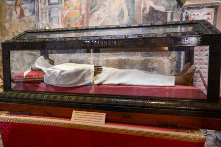alberto: Administraci�n de la heremit Alberto Besozzi en la iglesia de Santa Caterina del Sasso en Lago Maggiore, Italia