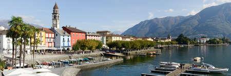 Ascona, Svizzera - 19 Ottobre 2014: turisti a piedi e seduti su ristoranti sul lungomare di Ascona in Svizzera Editoriali