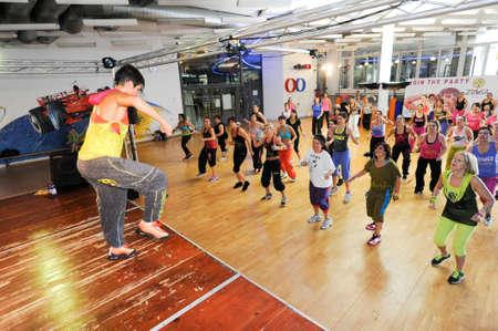 zumba: Lugano, Suiza - 10 de noviembre 2013: La gente bailando durante la aptitud de Zumba entrenamiento en un gimnasio de Lugano en Suiza