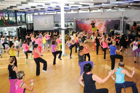 Lugano、スイス連邦共和国 - 2013 年 11 月 10 日: 人々 のスイス連邦共和国のダンスのズンバフィットネス Lugano のジムでのトレーニング中に
