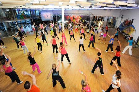 Lugano, Suiza - 10 de noviembre 2013: La gente bailando Durante el entrenamiento de la aptitud de Zumba en un gimnasio de Lugano en Suiza