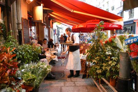 Paris, Frankreich - 1. November 2002: Menschen Essen und Trinken in einem Straßenrestaurant in Paris auf Frankreich