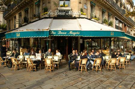 exteriores: París, Francia - 04 de noviembre 2002: La gente comiendo y bebiendo en un restaurante de la calle de París, en Francia Editorial
