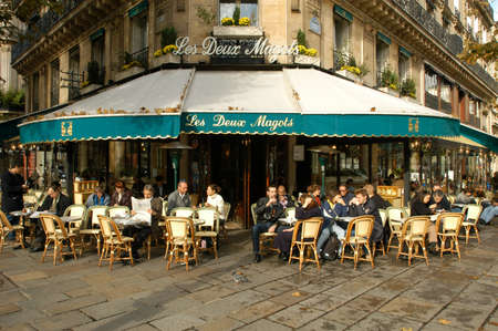 Paris, France - 4 November 2002: People eating and drinking in a street restaurant of Paris on France Éditoriale