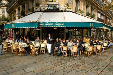 파리, 프랑스 - 2002 년 11 월 4 일 : 사람들은 먹고 프랑스 파리의 거리 레스토랑에서 마시는