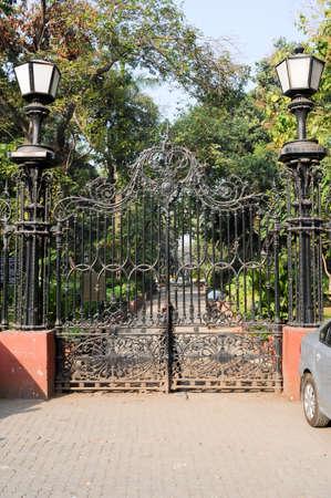 puertas de hierro: Horniman Circle Gates, Mumbai puertas de hierro forjado a los jardines hist�ricos a Horniman Circle en el barrio de Fort de Mumbai (antes Bombay) Foto de archivo