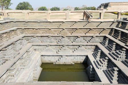 dep�sito agua: El tanque de agua del recinto real templo en Hampi en la India Foto de archivo